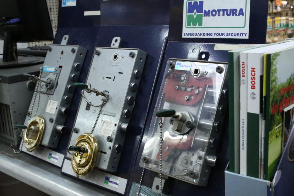Ferramenta Conca d'Oro a Roma reparto serrature cilindri per porte e maniglie